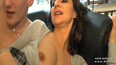 Maman française amatrice sodomisée par le jeune voisin à la grosse bite