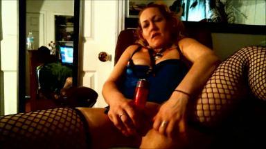 Une femme mature se gode devant sa webcam