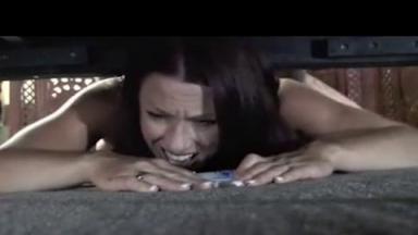 Il abuse sexuellement de sa mère qui est coincée sous le canapé
