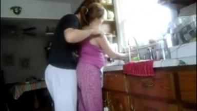 Prise par surprise, elle se fait baiser pendant qu'elle fait sa vaisselle