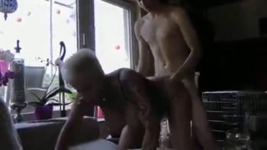 Un jeune homme se tape une sacrée femme cougar !