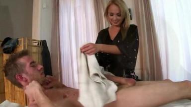 Une séance de massages se termine par une sodomie