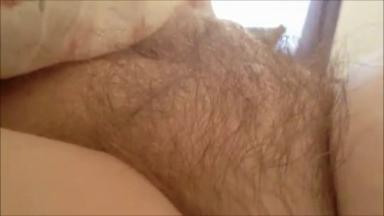 Il caresse les poils de chatte de sa femme