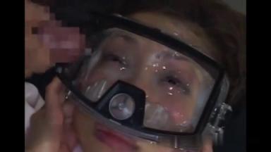 Du sperme dans son nez et dans ses yeux