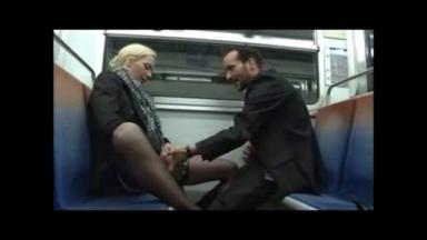 Pipe rapide dans une rame de métro parisien