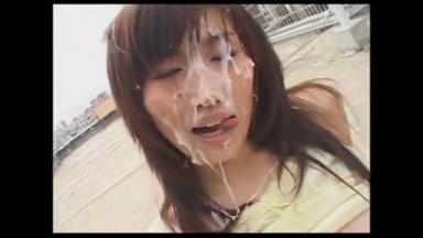Bukkake sur le joli visage d'une japonaise