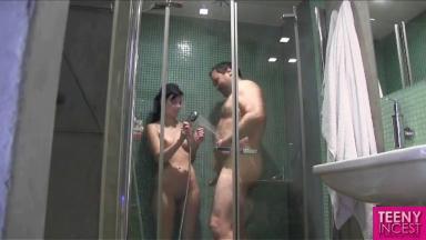 Un père baise sa fille sous la douche