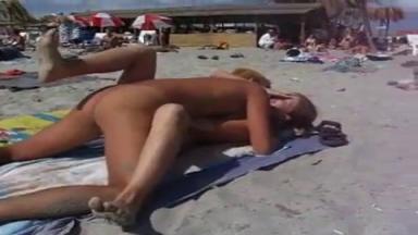 Sans honte il baise sa copine à la plage devant plein de gens