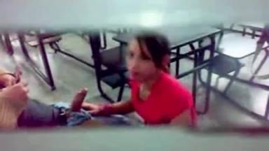 Filmée à son insu: une étudiante suce la queue de son professeur