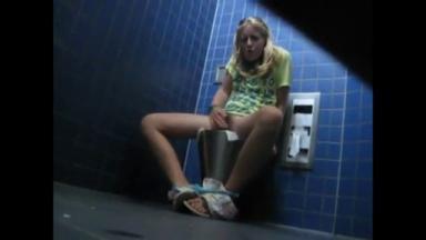 Un pervers filme une fille qui se masturbe seule dans les toilettes