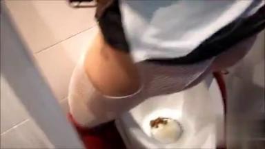 Deux féministes urinent et défèquent sur un urinoir