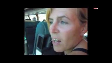 Branlette et fellation à l'arrière du bus