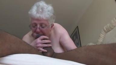 Une grand-mère se tape un jeune noir