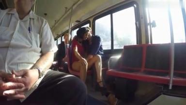Fellation dans la bus à côté d'autres voyageurs