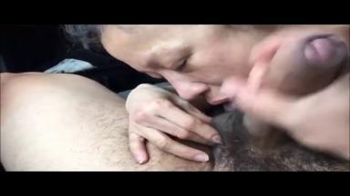 Une vieille prostituée asiatique dégoûtée par l'éjaculation épaisse de son client