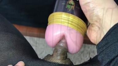 Son gros clito dans un vagin artificiel