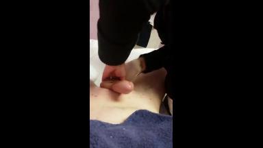 Une esthéticienne aide son client à éjaculer après lui avoir épilé la bite toute raide