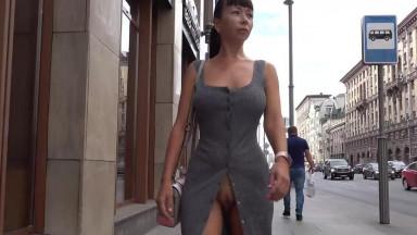 Cette exhibitionniste dévoile presque tout dans la rue