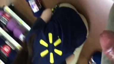 Pervers fou éjacule discrètement sur le dos d'une employée d'une grande surface