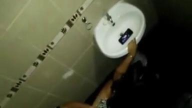 Baise cachée dans les toilettes d'une discothèque
