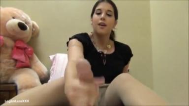 Branlée par les pieds de sa copine sexy qui porte des bas collants