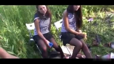 Un gars bourré montre sa bite à deux nanas qui se mettent à rire