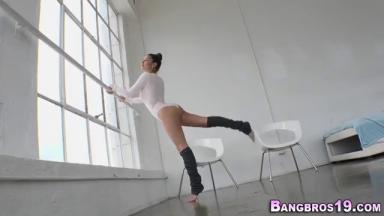 Charmante ballerine baisée dans la salle de danse