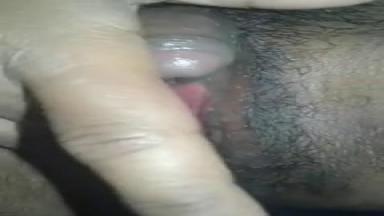Une femme filme en gros plan son clitoris géant