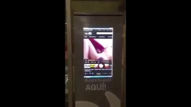 Dans un métro un distributeur automatique piraté diffuse du porno