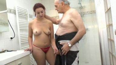 Un grand-père baise la copine de son petit fils