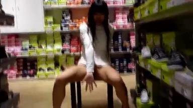 Une jeune salope dans un supermarché s'amuse à se fourrer des légumes dans le vagin