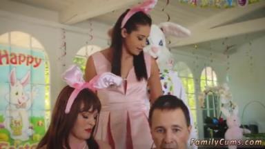 Un homme déguisé en lapin profite d'une fille nymphomane