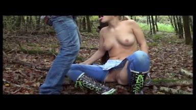 Il baise sa copine dans les bois