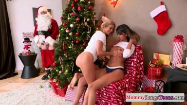 Un père Noël très bien monté baise avec deux salopes qui attendent leurs cadeaux