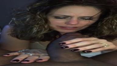 Cette femme mature déteste se faire déranger pendant qu'elle suce la bite de ses rêves