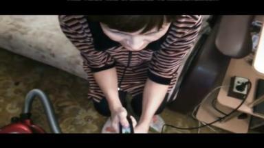 Elle branle la bite de son homme à l'aide d'un aspirateur