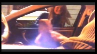 Un pervers se masturbe dans sa voiture et éjacule avec succès devant deux filles