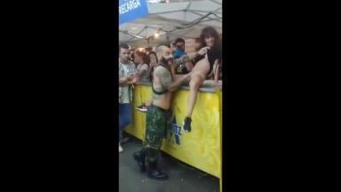 Un couple excentrique dévoile ses prouesses sexuelles à un public de curieux