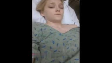 Cette nymphomane souffrante trouve le temps de se masturber dans son lit d'hôpital