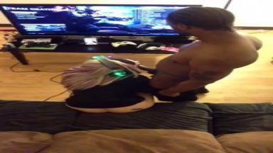 Joueuse nymphomane suce son mec pendant une partie de jeu vidéo