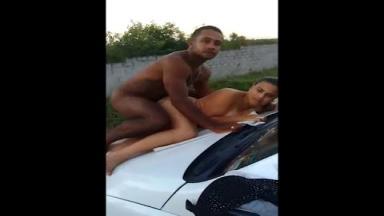 Il baise deux filles différentes sur le capot de sa voiture