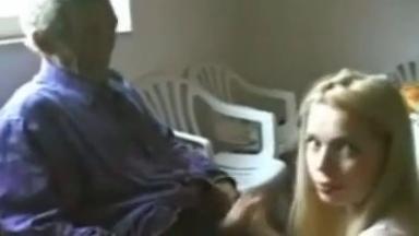 Un grand-père sucé par une jeune prostituée